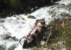 На юге Чили автобус упал в овраг: 15 человек погибли