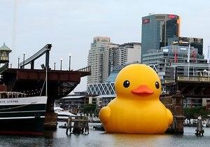 В Сиднее развели мост специально для гигантской резиновой утки
