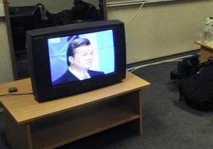 Украинские телеканалы показали видео падения венка на Януковича