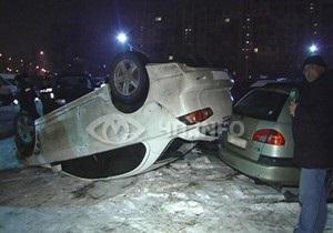 В Киеве Mitsubishi упал с четырехметровой высоты на автостоянку