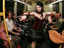 В немецком метро прошел показ мод панков, готов и рокеров
