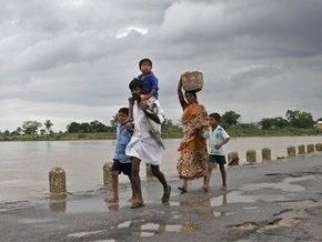 Мощное наводнение в Индии лишило крова сотни тысяч человек