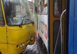 Во Львове маршрутка врезалась в трамвай