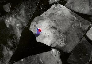 ЗН: Киевскую дамбу защищают ото льда ледоколами