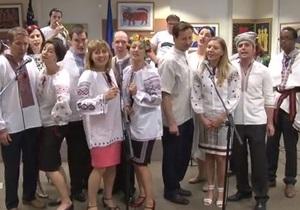 Сотрудники посольства США поздравили украинцев с Днем Незалежности, исполнив песню Червона Рута