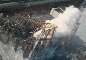 Над тремя аварийными реакторами Фукусима-1 поднимаются клубы дыма