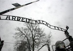 СМИ: Табличка с ворот Освенцима была украдена по заказу шведского миллионера