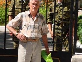 В Севастополе обманутый инвестор приковал себя наручниками к штабу ЧФ РФ