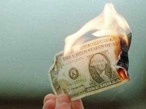 Доллар рекордно упал к евро