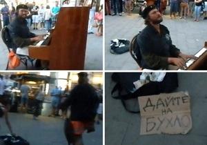 Во Львове бездомный сорвал овации, сыграв на уличном фортепиано - видео