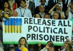 Во время матча в Харькове евродепутаты развернули плакаты с призывом освободить политзаключенных