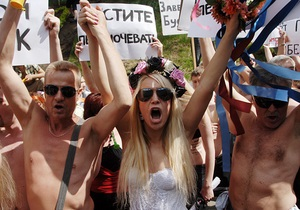Фотогалерея: Голые и обманутые. Активистки FEMEN и вкладчики киевского долгостроя пикетировали Кабмин