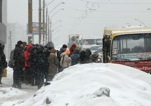 В Киеве длина пробок достигла почти 500 км. Черновецкий призвал киевлян оставаться дома