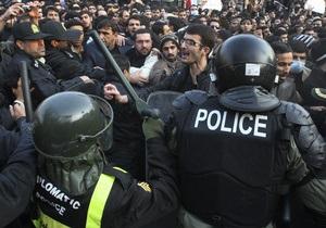 В Тегеране рекордное падение риала вызвало беспорядки