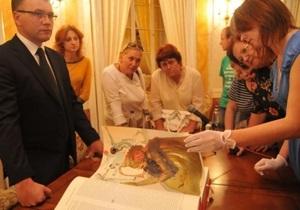 Во Львове представили Библию с иллюстрациями Сальвадора Дали весом 15,5 кг