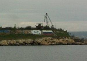 На входе в Севастопольскую бухту нарисовали российские флаги