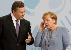Янукович поздравил Меркель с Днем немецкого единства