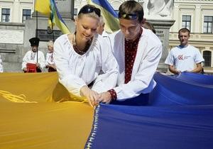 Самый большой государственный флаг Украины развернули сегодня в Днепропетровске