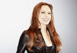 Работника московского отеля уволили за попытку сфотографировать Анджелину Джоли