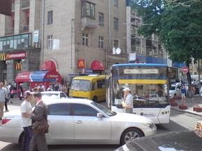 В центре Киева Lexus на полтора часа парализовал движение троллейбусов