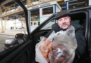 Корреспондент: Украинцы массово ездят за продуктами в Польшу