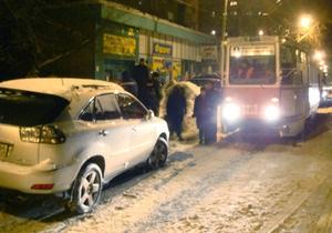 В Саратове прохожие разбили Lexus, мешавший движению трамваев