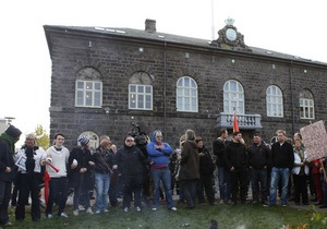 Восемь тысяч исландцев забросали парламент яйцами и помидорами