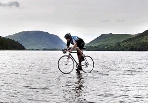 Британский школьник проехал по поверхности озера на велосипеде