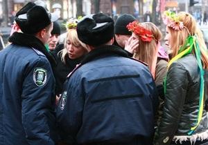 Free hugs: Милиция задержала одетую активистку FEMEN