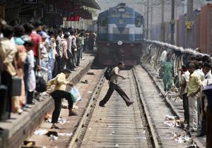 Два человека погибли и 15 ранены в давке на вокзале Нью-Дели