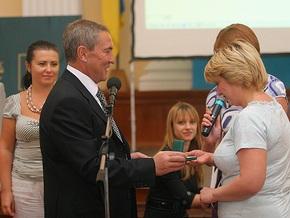 Черновецкий вручил призы самым добросовестным плательщикам за жилкомуслуги