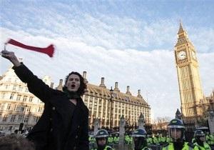 Сына гитариста Pink Floyd будут судить за нападение на королевский кортеж
