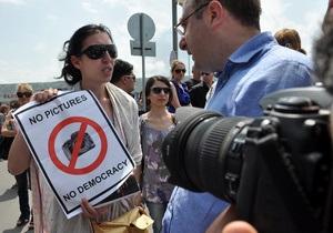 Дело фотографов: Грузинские газеты вышли с черными квадратами вместо фото чиновников