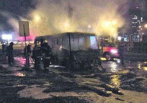 В Киеве на Троещине сгорел пассажирский микроавтобус