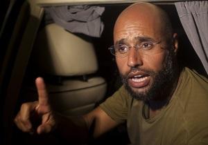 Разъяренная толпа пыталась атаковать самолет с сыном Каддафи