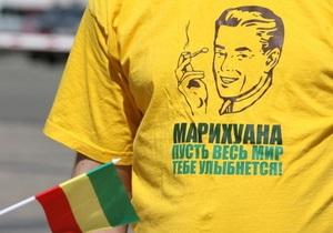 В Киеве запретили Марш свободы. Один из активистов приковал себя к забору