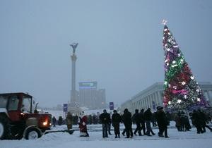 Новогоднюю елку в центре Киева начали демонтировать