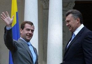 Очередной конфуз: Янукович встречал президентов на фоне перевернутого флага Украины