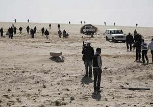 Повстанцы заявили, что войска Каддафи окружили город и угрожают изнасиловать его жительниц