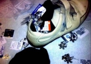 Из Украины в Беларусь пытались вывезти более полукилограмма драгоценностей в кроссовке