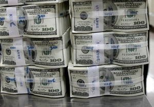 У проводника поезда Шевченко - Москва нашли 760 тысяч долларов, 300 тысяч евро и 8 млн рублей