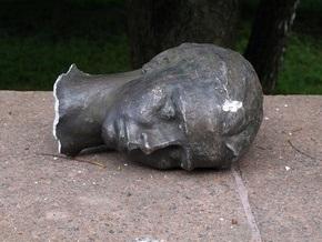 В Луцке неизвестные отбили голову памятнику Лесе Украинке