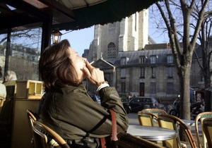 Суд Парижа разрешил курить на террасах кафе