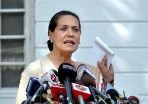 Лидер правящей в Индии партии Соня Ганди впервые появилась на публике после операции