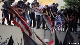 Разъяренная толпа сорвала флаг США у посольства в Каире