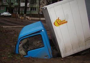 В Одессе грузовик с наклейкой Время Литвина провалился под землю