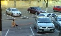 В Одессе голый мужчина катался на санках по асфальту и с криками бегал за горожанами
