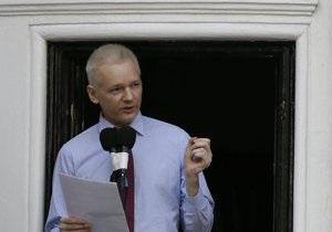Ассанж обратился к журналистам с балкона посольства Эквадора