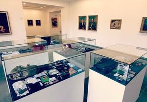 На выставке в Лондоне представили содержимое женских сумочек