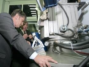 Ющенко увидел, как завод Квазар изготовляет солнечные батареи и микросхемы